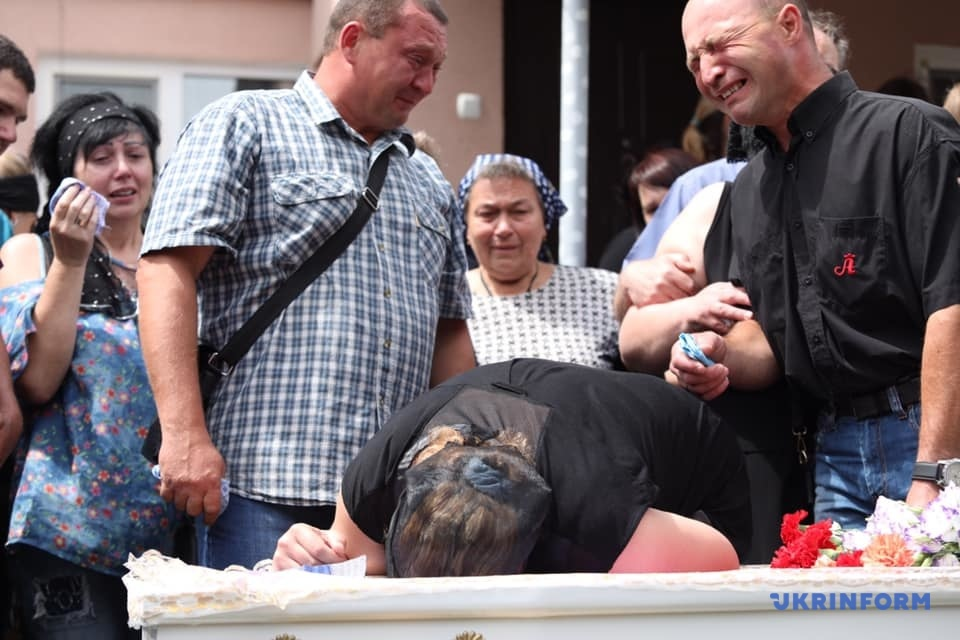 Цветы, игрушки и много слез: Похороны 5-летнего Кирилла в Переяславе-Хмельницком, фото 18+