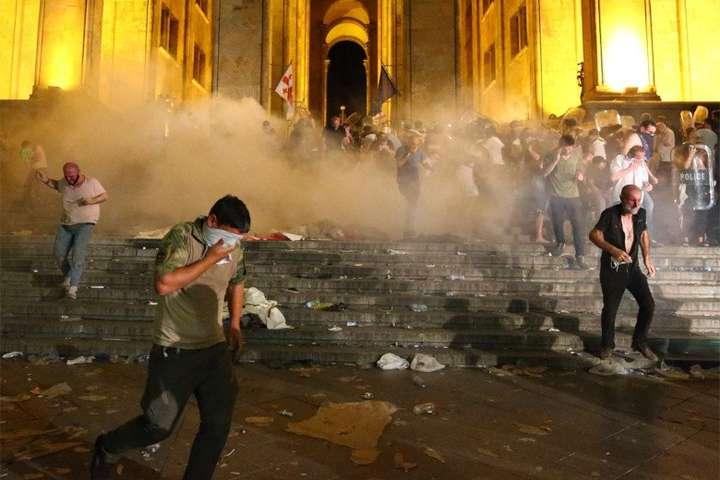 Массовые антироссийские протесты в Грузии: митингующих разогнали водометами и дубинками