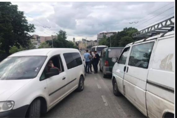 «Гаечный ключ, разбитые окна и носы»: Известный чиновник, член команды Порошенко устроил драку на дороге