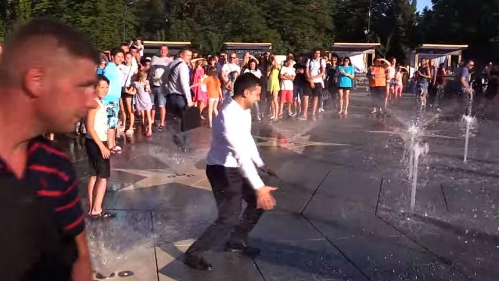 Мокрый с ног до головы: в Мариуполе Зеленский срезал дорогу к машине через работающий фонтан