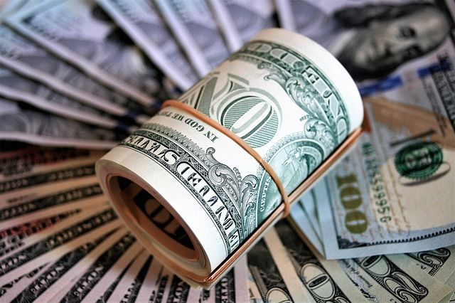 Курс валют на начало недели: доллар потерял в цене, евро — добавил