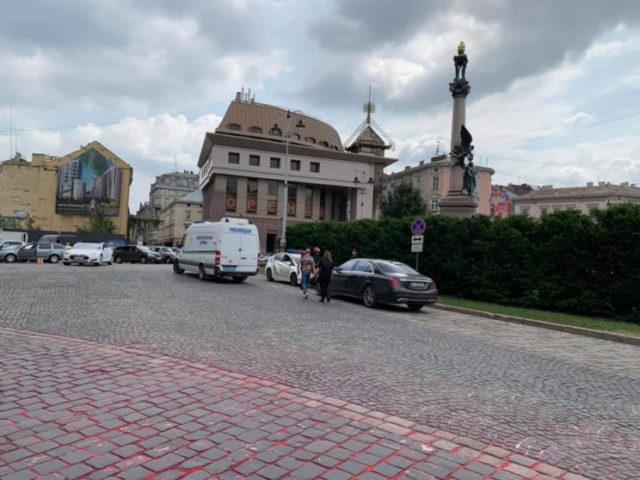 Спецслужбы экстренно примчались в центр Львова: что происходит в городе