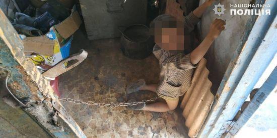 Неоднократно так «воспитывал» мальчика: В селе на Луганщине отец посадил на цепь 6-летнего сына
