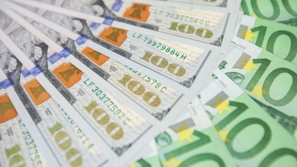 Уже и психологическую отметку перешагнул: доллар не перестает расти