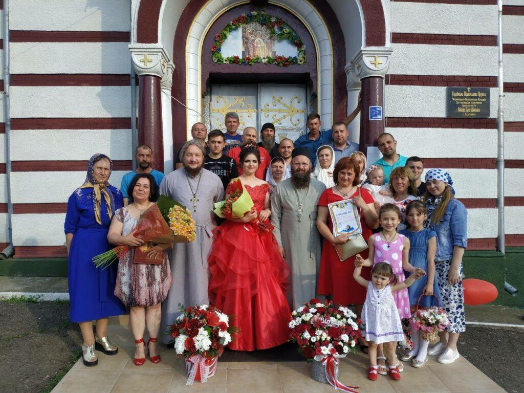 «Не в ту церковь ходит»: На Буковине девушку выгнали из собственного выпускного за то, что ходит в УПЦ