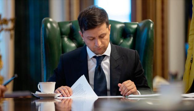 Зеленский отменил около 60 указов своих предшественников и подписал свой первый закон в качестве Президента