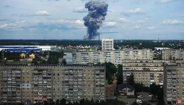 Спасателей не пускают на «закрытый объект»: В России произошел взрыв на заводе по производству авиабомб, есть жертвы
