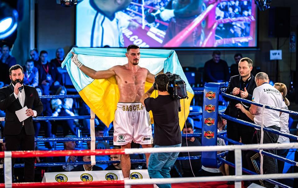 Юбилейная двадцатая победа: Непобедимый украинский боксер выиграл бой нокаутом во 2-м раунде