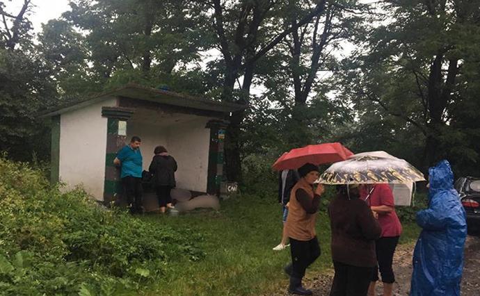 «Просто стояли на остановке»: Молния одним ударом унесла жизни трех человек