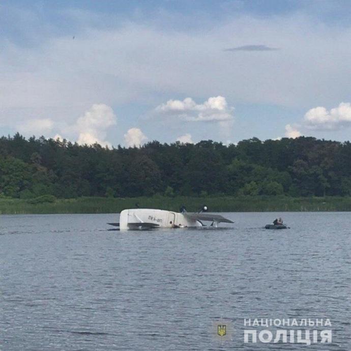Очень мокрая посадка: Самолет АН-2 «нырнул» в озеро в спальном районе Киева