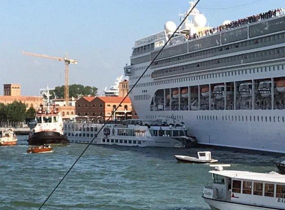 Неисправный двигатель и оборванные тросы: Огромный круизный лайнер протаранил туристический катер