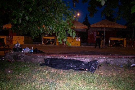 Люди равнодушно проходили мимо: в столичном Гидропарке мужчина упал с лавки и умер