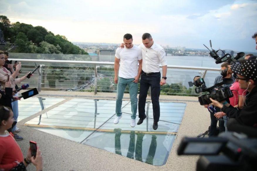Ни дня без проблем: стеклянный пол «моста Кличко» снова покрылся трещинами