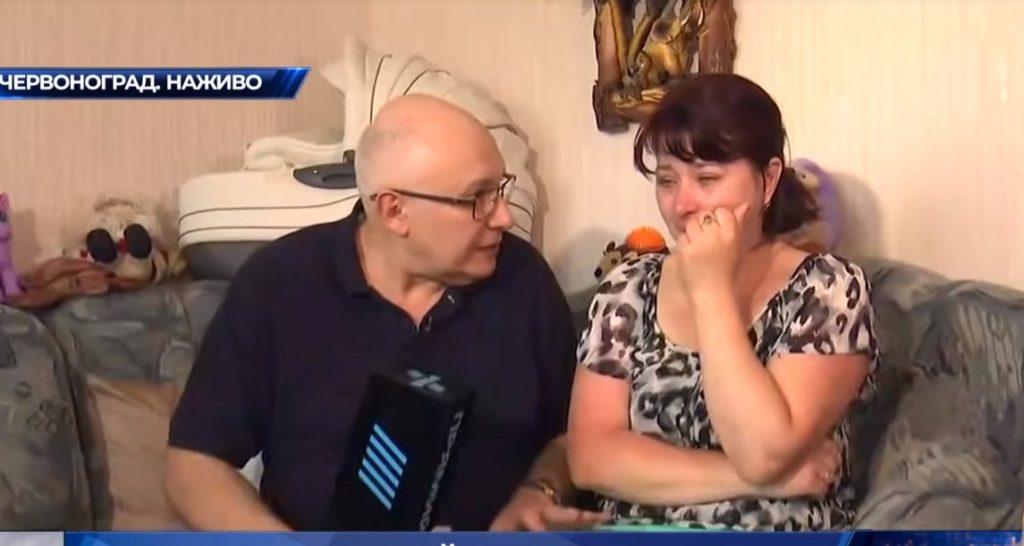 «Я хочу! При чем тут вы?»: журналист канала Порошенко нахамил жене погибшего шахтера. Недостойное поведение