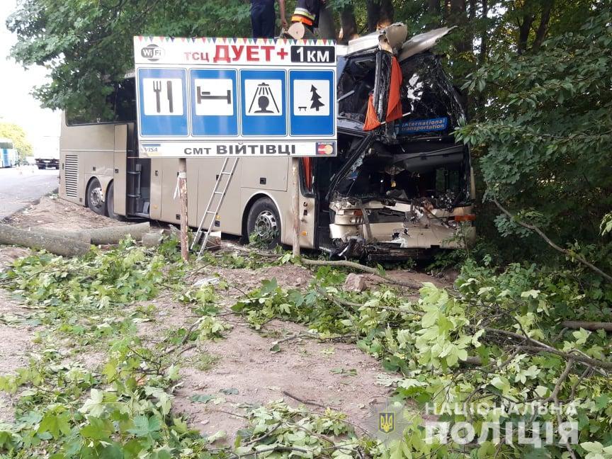 Страшное ДТП под Хмельницком: автобус с туристами протаранил грузовик с прицепом, есть жертвы