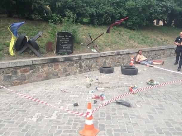 Бесчеловечный поступок! В Киеве разгромили мемориал героя Небесной сотни Нигояна