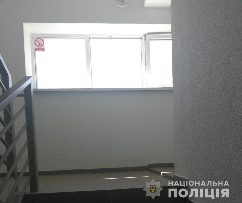 «На глазах у отца»: Под Киевом 2-летний мальчик выпал с 8 этажа и разбился насмерть
