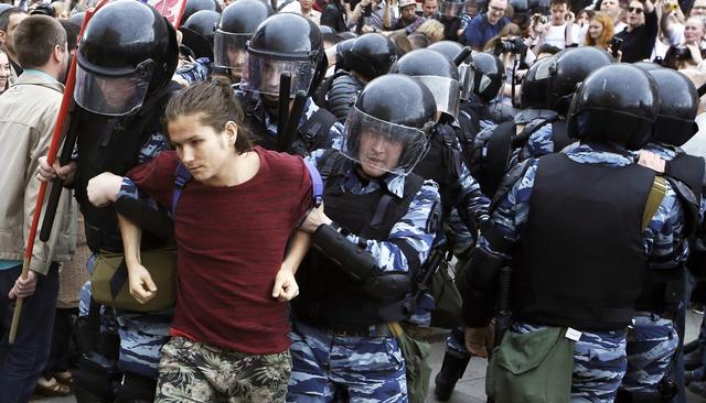 Были стянуты большие силы полиции: возле здания парламента пикетируют люди