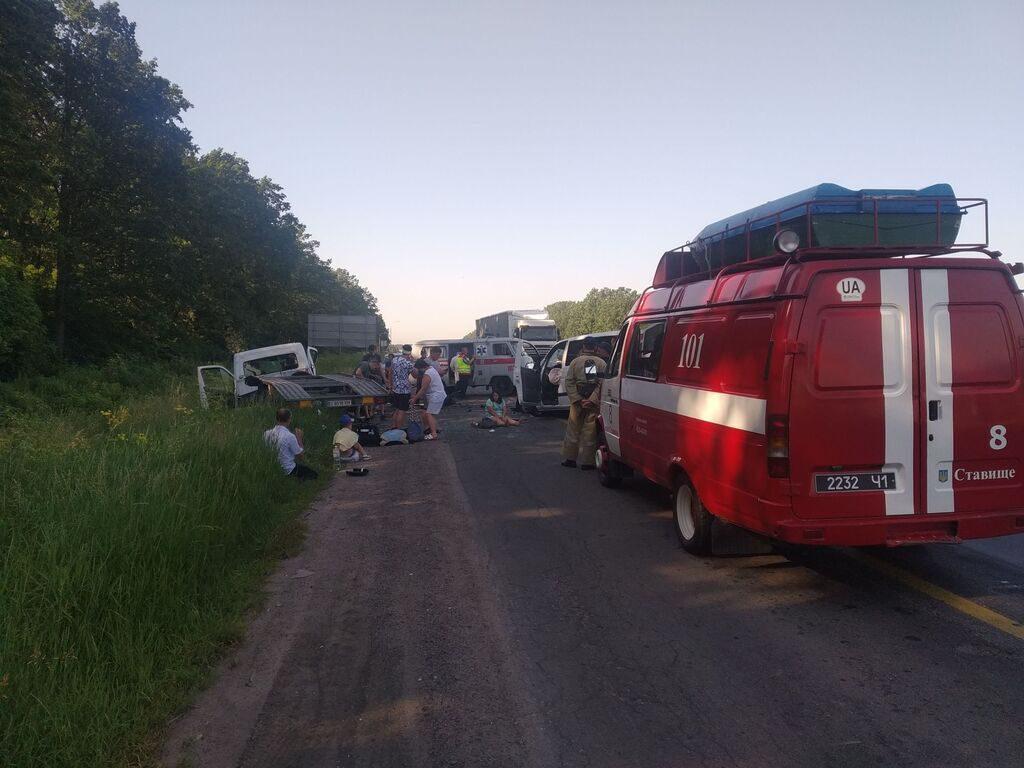 «Внезапно вылетел на встречную полосу»: Масштабное ДТП на Киевщине, есть пострадавшие