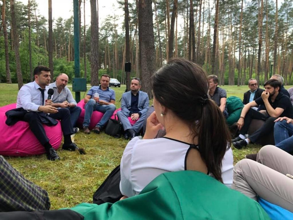 Такого еще не было никогда! Зеленский провел неформальную встречу с журналистами в лесу. Впечатления неоднозначные