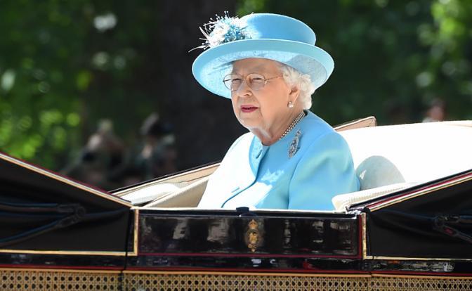 Королева Елизавета срочно покинула Букингемский дворец. Что происходит?