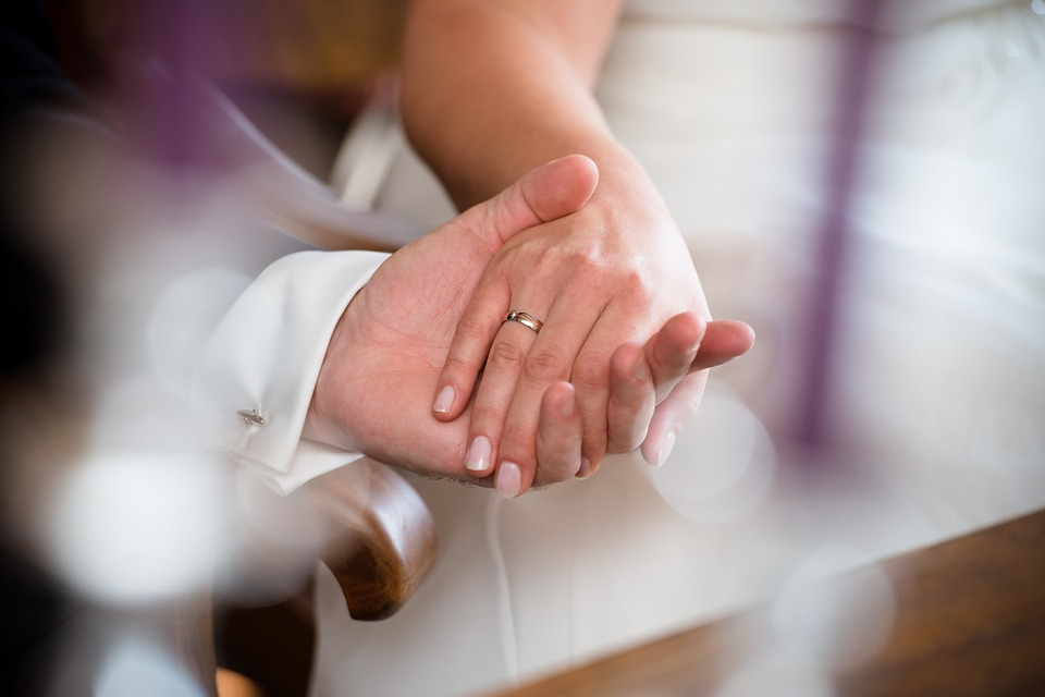Невеста поразила красотой! Всеми любимый ведущий показал первые фото со внезапной свадьбы