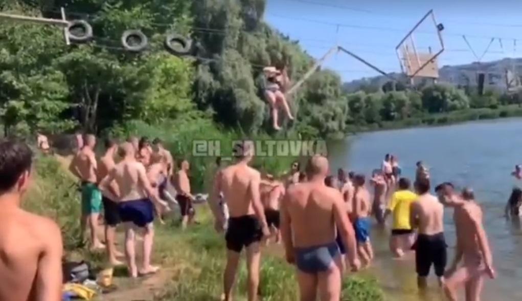 «Оторвались по полной»: В Харькове оборвался канатный мост, пешеходы полетели в воду