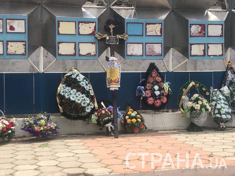 Даже мужчины не могут сдержать слез: в Одесской области прощаются с 11-летней Дарьей Лукьяненко