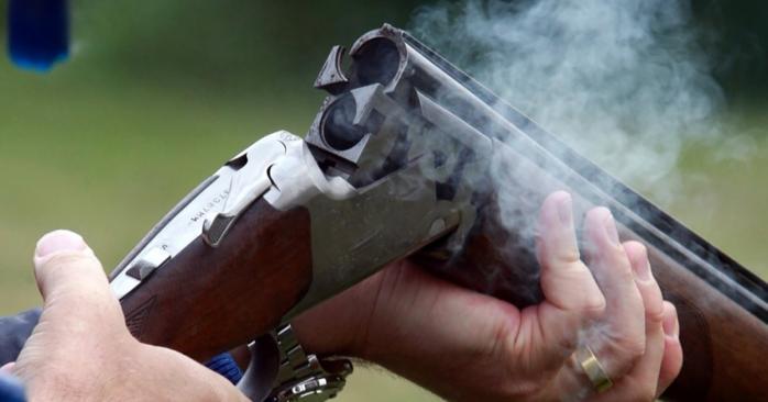 Мог быть еще один Кирилл: В Днепре пьяный экс-прокурор с подругой стреляли из ружья из окна многоэтажки рядом с детплощадкой