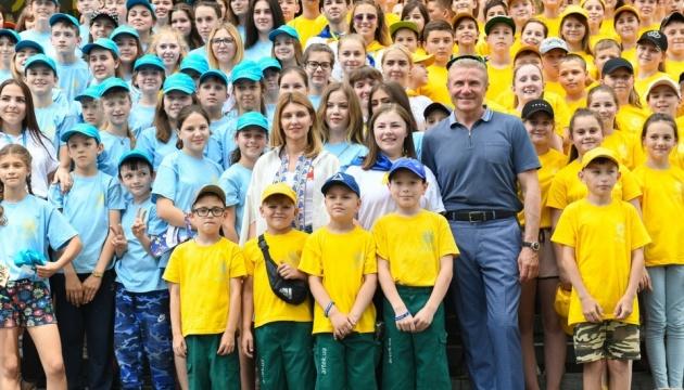 Дети подарили картину на стекле и украшение из бисера: Первая леди Украины осуществила еще один визит