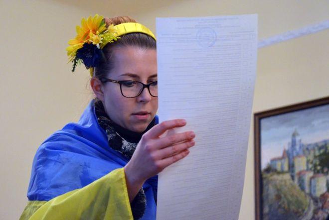 Гимн Украины, вышиванки и небольшие очереди: как украинцы голосуют за рубежом