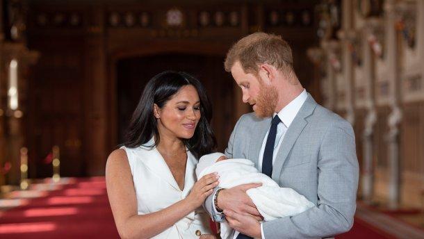 «Под грифом секретно»: Меган Маркл и принц Гарри со скандалом крестили сына. Первые фото