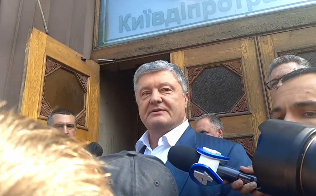 На Порошенко напали после допроса в ГБР: люди прыгали на капот авто, крики не утихали