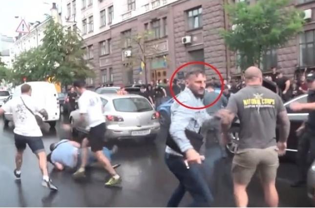 На автомобиль Порошенко прыгал россиянин с «Азова», которому Зеленский дал гражданство — СМИ