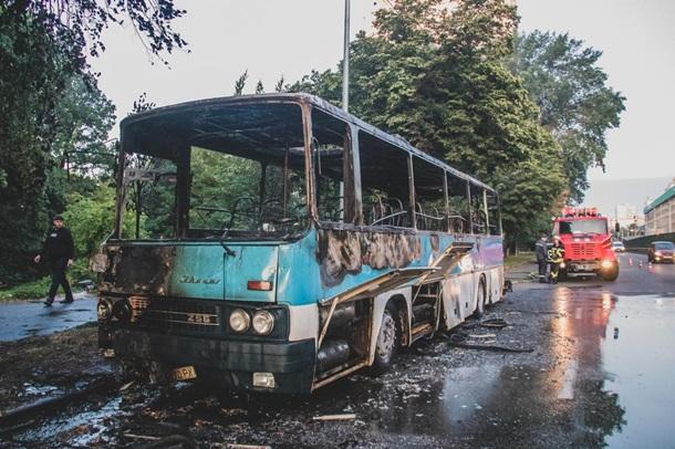 «Не гасите, так ему и надо»: в Киеве мужчина поджег туристический автобус. Спасатели не успели