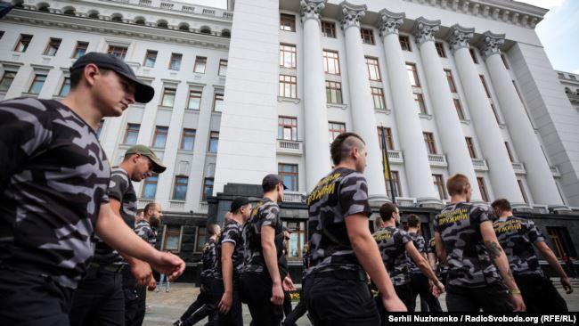 Медведчука арестовать, канал закрыть! Под офисом президента несколько десятков человек вышли на митинг