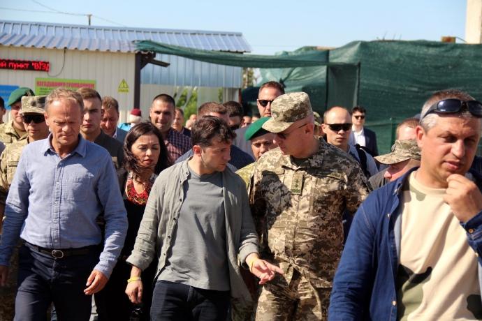 Зашли в самую глубь разведения: Зеленский и Туск в Станице Луганской. Подробности поездки