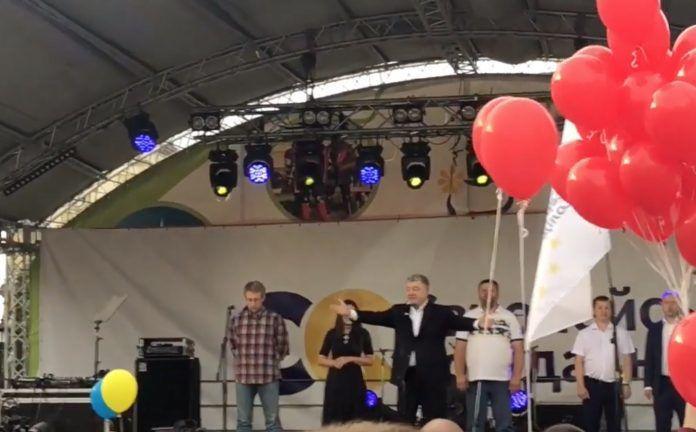 «Кремлевский убл*док»: В Каменец-Подольском Порошенко начал обзывать людей и спровоцировал драку