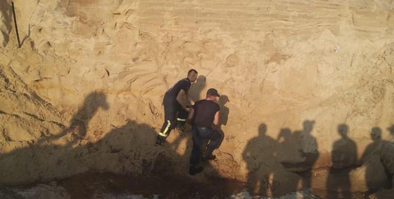 Шансов выжить не было: 10-летнего мальчика, которого искали под завалами песка, нашли мертвым
