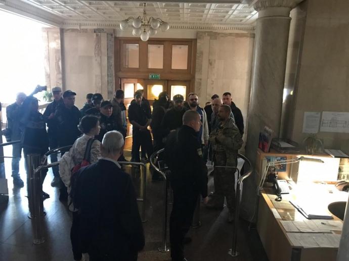 «Это называется политическое давление»: Соратники Порошенко как «дикари» ворвались в помещение ГБР