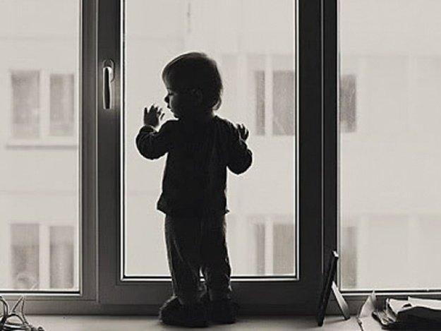 «Пока мать занималась домашними делами»: 4-летний мальчик выпал из окна 9 этажа