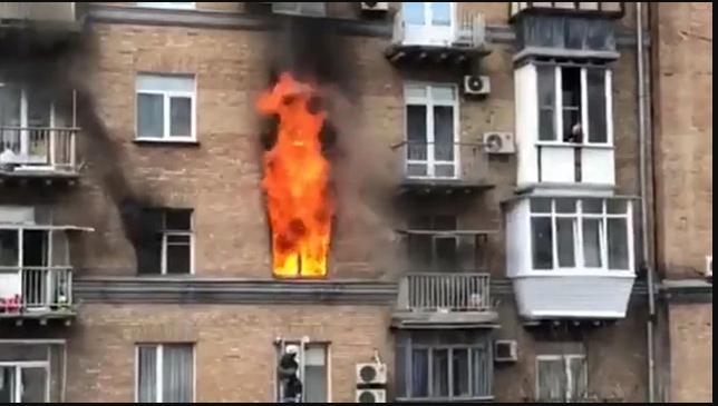 СРОЧНО! В центре столицы горит многоэтажка. Внутри заблокированы люди