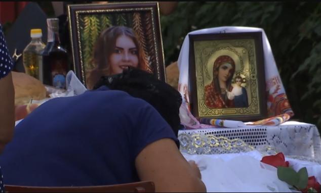 «Тело было завернуто в белый саван»: Сегодня похоронили 16-летнюю Диану Хриненко. Сотни людей заливались слезами
