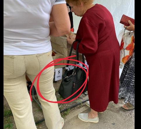 «Продавцы из палатки агитировали за одного из кандидатов»: В Днепре возле участка продавали вкусности по 5 копеек