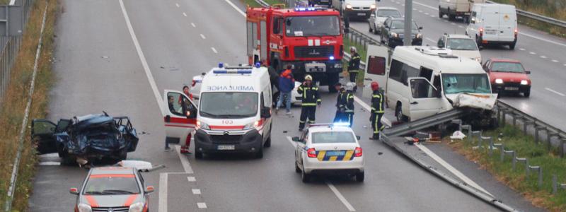 Столкнулись автомобиль и маршрутка: в ужасном ДТП под Киевом пострадало несколько десятков людей