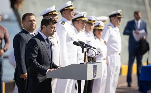 «И я кланяюсь вам»: Зеленский обратился к родным пленных моряков. Работаем и днем, и ночью