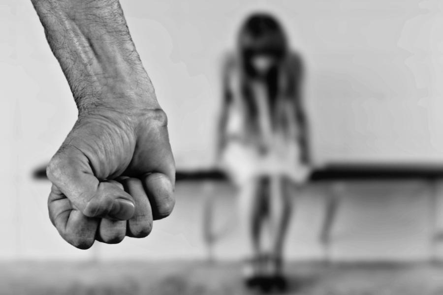 Вопиющая жестокость к своему ребенку! В России мужчина изнасиловал дочь с помощью матери