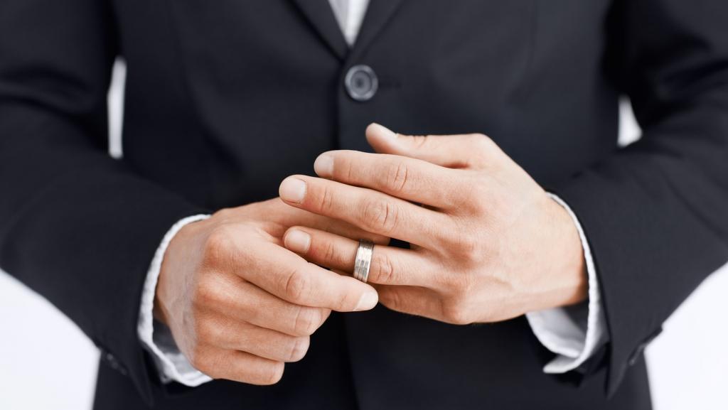 Мечтает встретить новую любовь: известный украинский актер развелся с женой