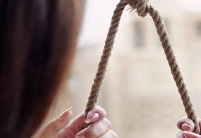 Старший брат не отпустил гулять: На Херсонщине на металлической трубе повесилась 17-летняя девушка