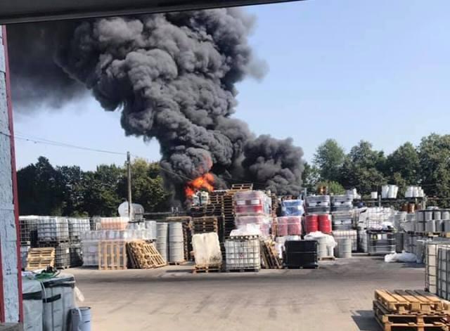 Закройте окна и не выпускайте детей: Вблизи Львова возник крупный пожар на химическом предприятии